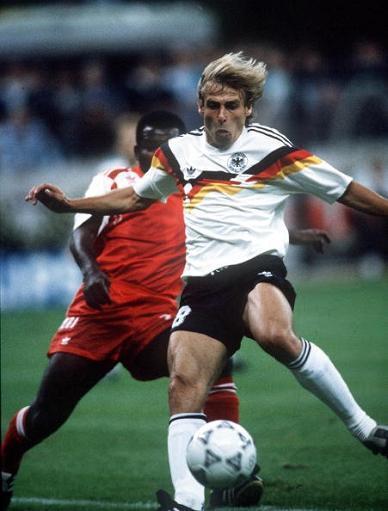 上半场沃勒尔和克林斯曼就进球帮助西德队两球领先.图片