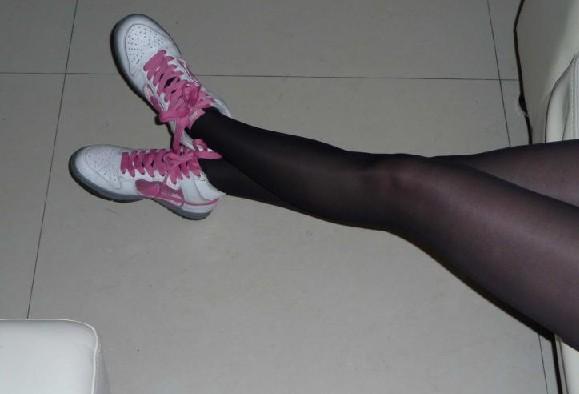 女生穿篮球鞋